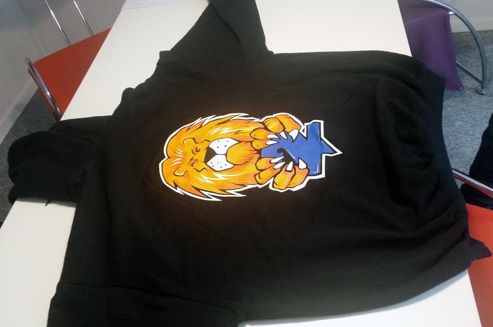 Tisak na majice sa kapuljačom – hoodie crne boje.